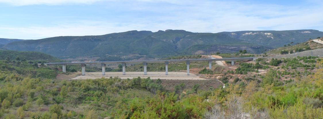 Pont del TAV amb la Serra de Prades al fons