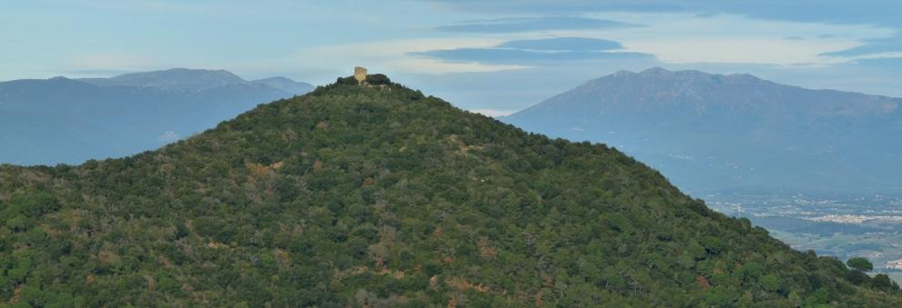 Castell de Sant Miquel (Montornès) amb el Montseny al fons. Matagalls a l'esquerra i Turó de l'Home a la dreta