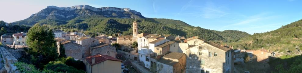 La Torre de Fontaubella amb la Mola de Colldejou al fons