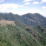 Geòtop Ca n'Agustí. Discordança a la zona plana sota la masia. Font: Dep. Medi Ambient