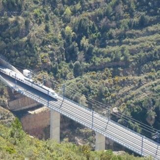 Ruta ST139 Un TAV surt del túnel (La Riba)
