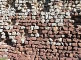 Mur amb gres vermell i calcària