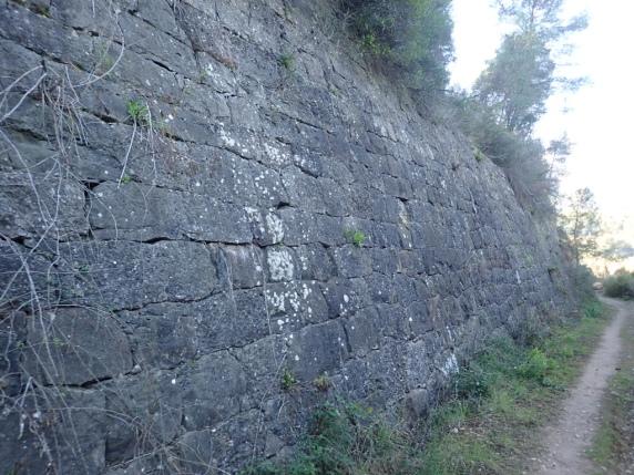 Mur de contenció al voral de la via