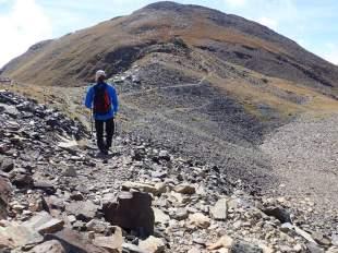 Camí al Fontnegra, visible al fons